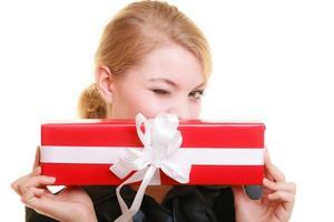 Las vacaciones aman el concepto de felicidad - chica con caja de regalo