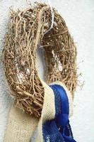 guirlanda de natal de madeira pendurada do lado de fora