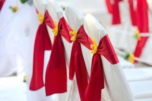 casamento, mesa nupcial e cadeiras decoradas com fita vermelha