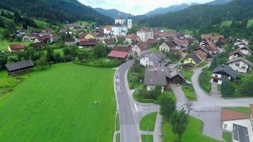 muitos edifícios em uma pequena vila