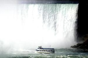 Niagara falls vs boat photo