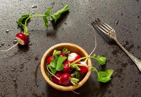 concetto di cibo vegano - ravanelli con gocce d'acqua
