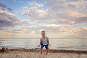 chico en la playa foto