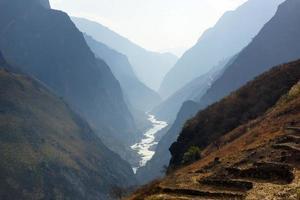 Garganta del salto del tigre cerca de hutiaoxia en la provincia china de Yunnan