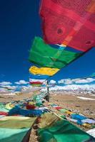 Banderas de oración y rango de montañas del Himalaya en el fondo foto