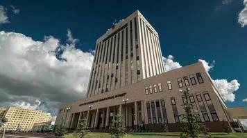 edifício do governo contra o céu azul e as nuvens, vista de baixo. cazaquistão - timelapse fullhd video