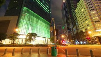strada di città moderna di notte, timelapse in movimento
