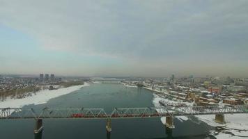 novosibirsk, Rússia - 22 de novembro de 2016: ponte através do rio ob video