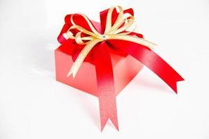 gouden geschenkdoos met lint en boog
