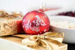 decoração de natal e caixa dourada com fita