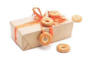 caja de regalo con cinta naranja y bagel foto