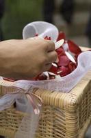 cesta com pétalas de rosa para cerimônia de casamento