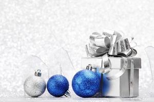 regalo de navidad y bolas decorativas. foto