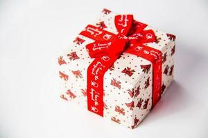 gouden geschenkdoos met lint en boog geïsoleerd