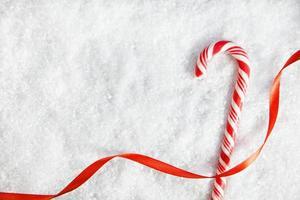 candy cane op besneeuwde achtergrond