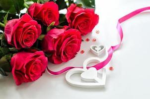 tarjeta del día de san valentín con rosas y corazón