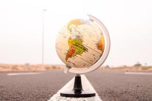 Globus Erde auf einer Asphaltstraße