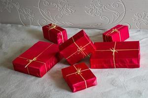 muchos regalos rojos.
