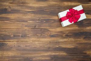 caja de regalo blanca para evento navideño envoltura de seda roja foto