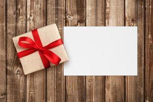 caja de regalo y tarjeta de felicitación