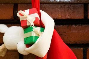 cajas de regalo en un calcetín navideño