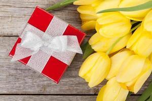 verse tulpen en geschenkdoos