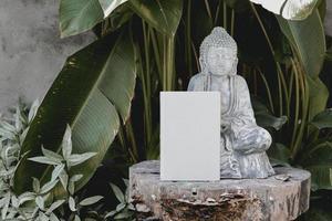 estatua de hormigón gris cerca de la palmera verde
