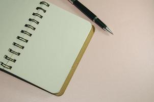 caderno e caneta em branco foto