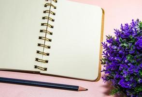caderno e lápis em branco foto