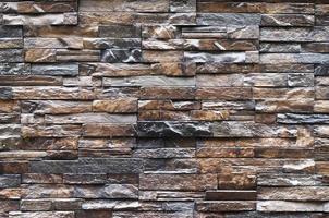 parede decorativa de azulejos marrons irregulares foto