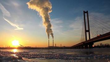 centrale elettrica di calore e grande ponte
