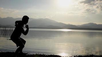 o homem pula pedras no lago, câmera lenta video