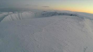 Fliegen Sie morgens über schneebedeckte Berge