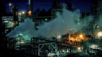 rauchende Industrieanlage in der Nacht