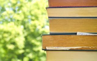 pila de libros contra el fondo de la naturaleza