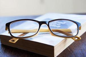 anteojos y libro