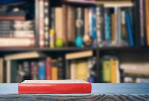 libro rojo en la biblioteca