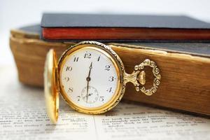 montre de poche avec de vieux livres
