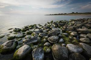 a costa rochosa do mar Báltico