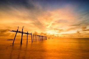 ponte velha em mar quente e calmo