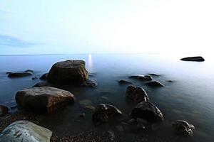 rocas orilla del mar foto