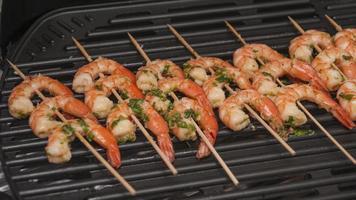 shish kebab de camarones de mar foto