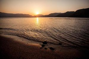 hermoso amanecer sobre el mar foto