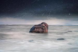 rocas en el mar. foto