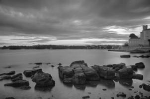 amanecer sobre el mar en porec en croacia foto