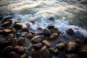 belas pedras de granito no mar ao pôr do sol