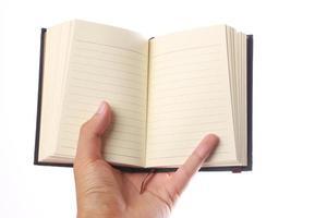 sosteniendo el cuaderno en blanco
