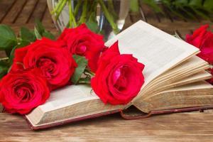 livro antigo com rosas