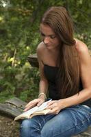 mujer leyendo un libro foto