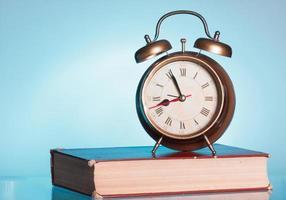 livro e despertador